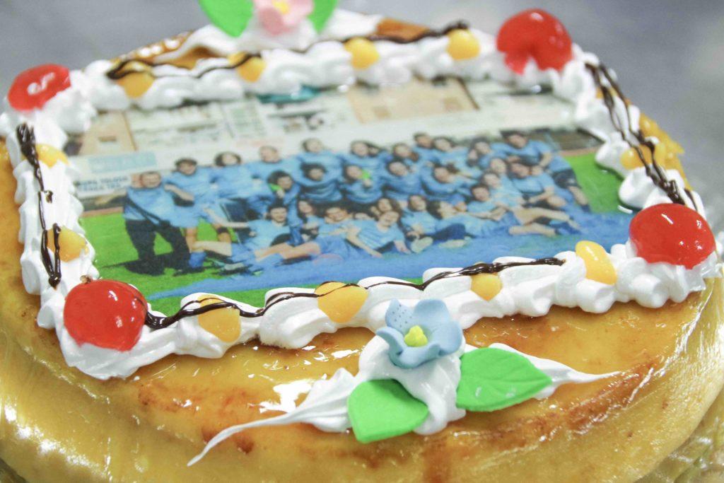 Foto de equipo femenino Tolosa CF, sobre tarta de crema con yema, de Pastelería Eceiza.